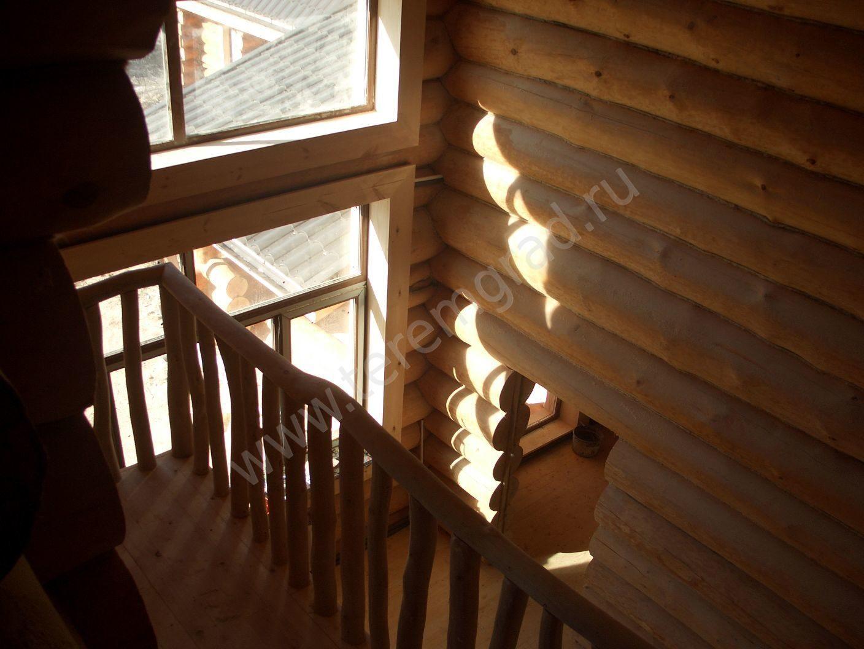 Красивый балкон балкон в доме. балкон внутри дома. внутрення.