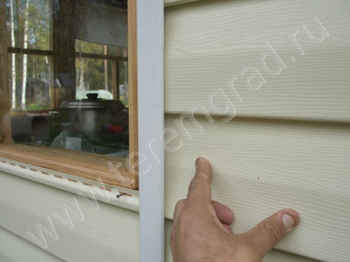 Обшивка окон дома сайдингом