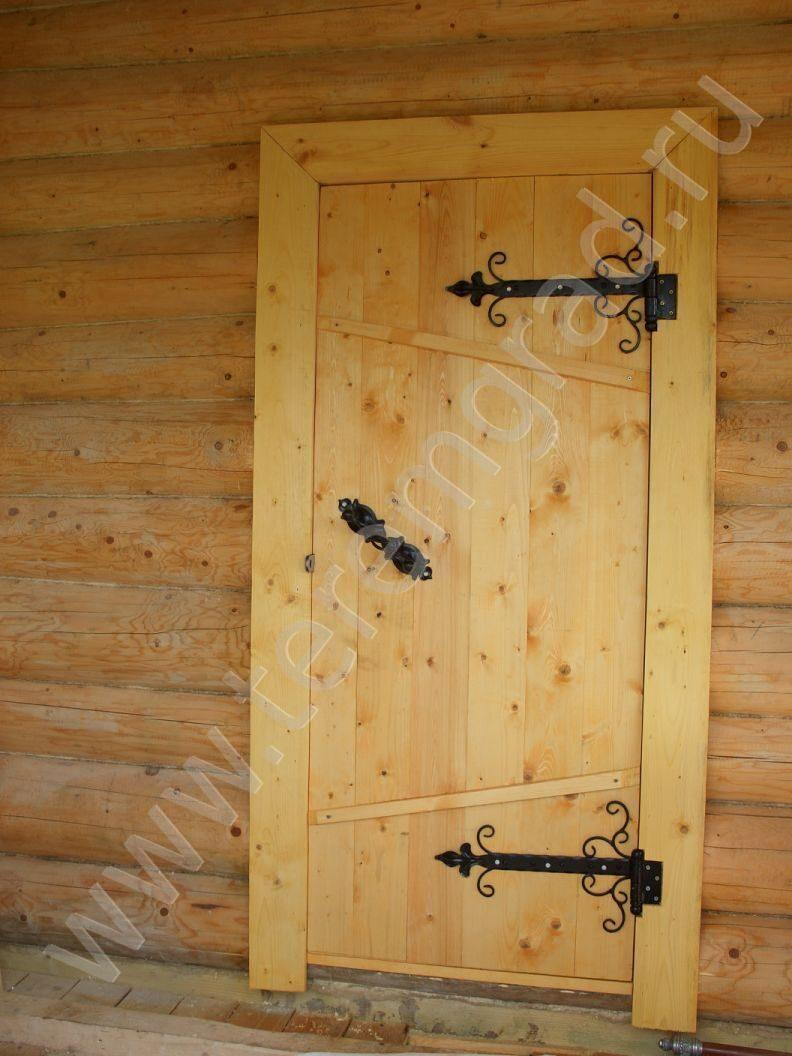 установка входной двери сруба